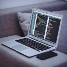 מחשב נייד עם קוד