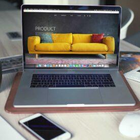 מסך מקבוק עם אתר אינטרנט