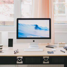 מחשב מק על שולחן עבודה
