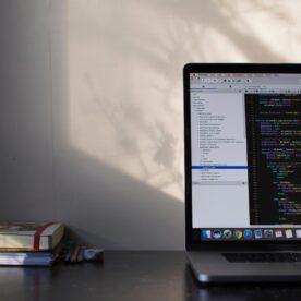 מסך מחשב עם קוד